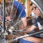 Förderung und Entwicklung: gemeinsam das Fahrrad reparieren, putzen und dabei Kompetenzen aneignen